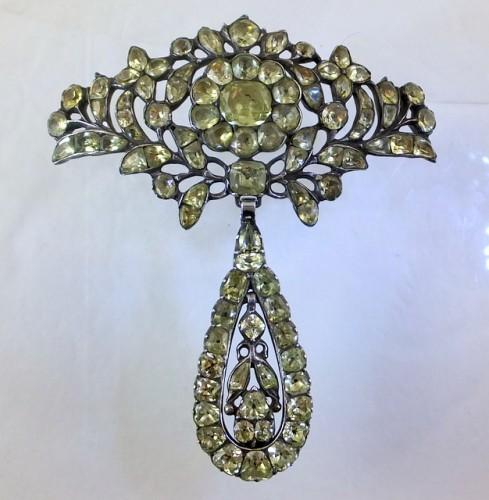Chrysolite brooch